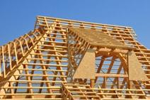 Ein Dachstuhl mit Fensterkonstruktion
