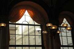 Elegante Metallsprossen in einem Wiener Café
