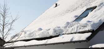 Ein Schneefangrohr hält den Schnee auf dem Dach.