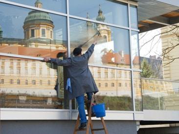 Fenster, das seine Umgebung spiegelt