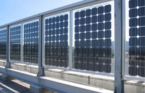 Auch eine Art von Solarfenstern: Bifacial Solarzellen an einem Brückgeländer