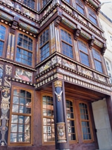Holzfassade mit Fenstern