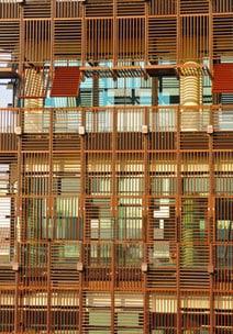 Holzbalkone und -Abschattungen vermindern den Lichteinfall