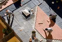 Auslegen von Terrassensteinen auf dem Flachdach