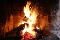 Holzscheite im Kaminfeuer