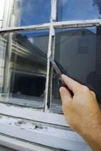 Sprossenfenster wird mit neuem Anstrich versehen