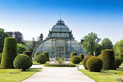 Wintergärten nach historischem Vorbild schmücken auch moderne Gärten